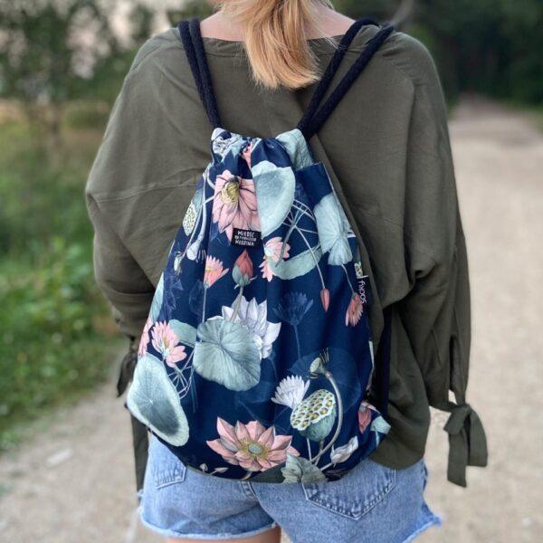 Welurowy plecak worek granatowy kwiat